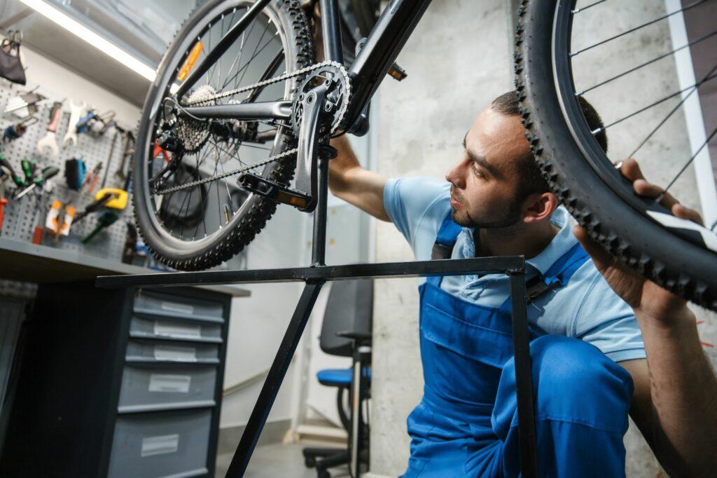 Stojak rowerowy przydatny podczas czyszczenia tarcz